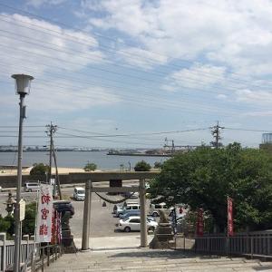 県社のぼりついたところ。  青い空と港と鳥居